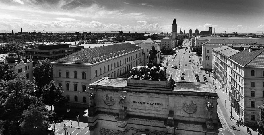 Ansicht eines Hauses aus der Luft mit Fotodrohne fotografiert- Gerhard Blank Drohnenfotos aus München
