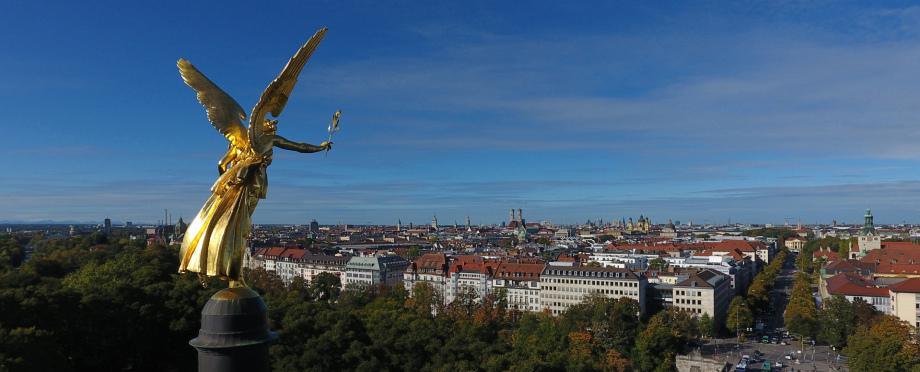 Blick aus einer Fotodrohne am Friedensengel über den Osten von München